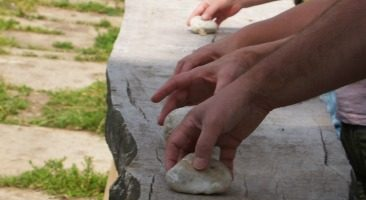 Handenspel met kleine steentjes. Ritmes maken.