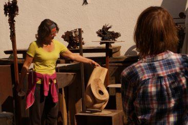 Beeldbespreking op de werkplaats van een houten beeld