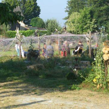 Meditatie onder het kunstwerk De Hemelkoepel. Tijdens deze zomer-3-daagse hadden we prachtig weer en mediteerden we in de ochtend en avond onder de Hemelkoepel