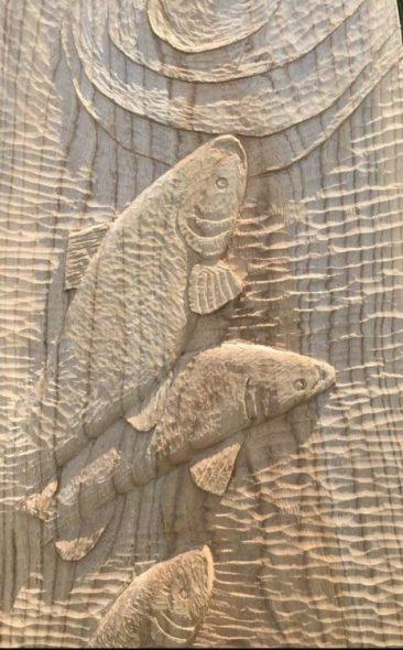 Relief snede van 3 vissen in water met kringen